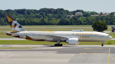 Etihad Airways in 'advanced stages' to sell half its cargo fleet