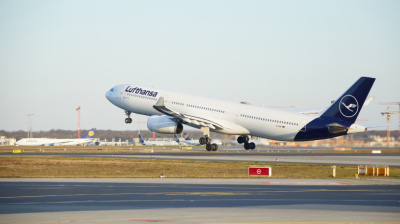 Lufthansa cedes key slots to competitors in bailout deal