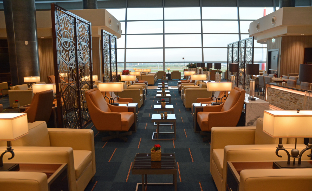 The lounge holds almost 950 sqm of floor space and a seating capacity of 162.