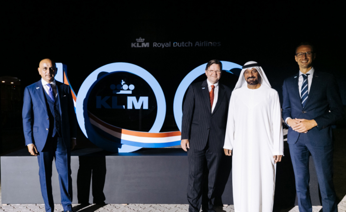 HH Sheikh Ahmed bin Saeed Al Maktoum, chairman of Dubai Airports, with KLM executives Yeshwant Pawar, Welmer Blom and Vincent Van Hooff